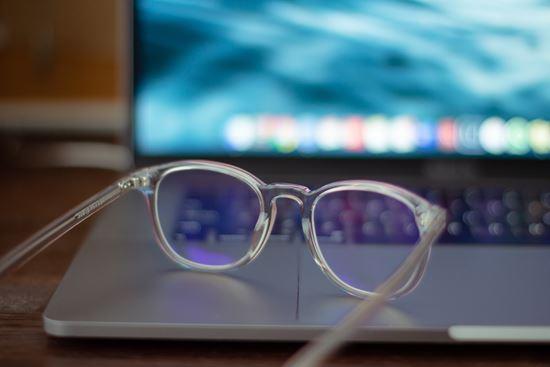 Perlukah memakai kacamata anti radiasi sinar biru?